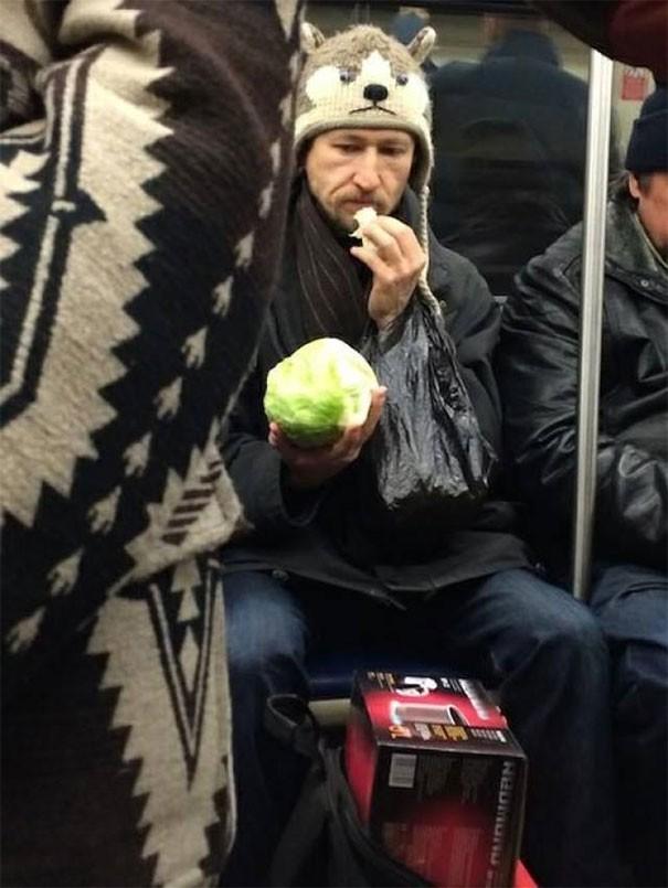 [Vui] Cưỡi bình cứu hỏa cho tới ăn bắp cải sống, đây là những hành khách kỳ lạ nhất tại ga tàu - Ảnh 10.
