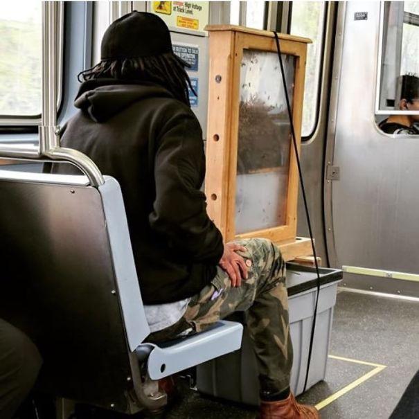 [Vui] Cưỡi bình cứu hỏa cho tới ăn bắp cải sống, đây là những hành khách kỳ lạ nhất tại ga tàu - Ảnh 15.