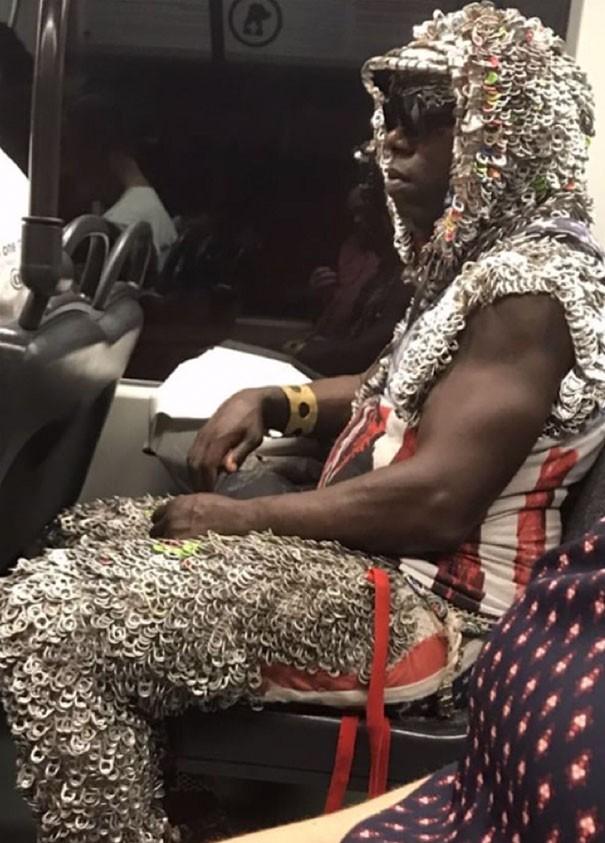 [Vui] Cưỡi bình cứu hỏa cho tới ăn bắp cải sống, đây là những hành khách kỳ lạ nhất tại ga tàu - Ảnh 18.