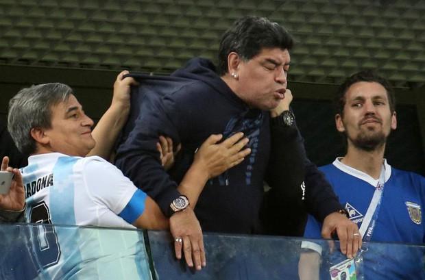 Maradona ngất xỉu, nhập viện khẩn sau trận thắng nghẹt thở của Argentina - Ảnh 3.