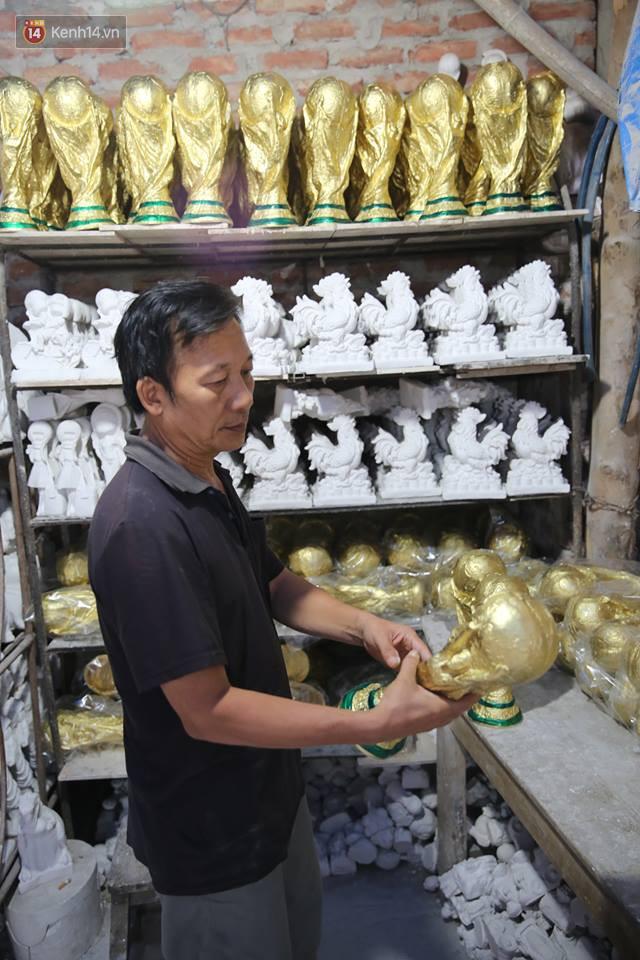 Cặp vợ chồng ở làng gốm Bát Tràng dự tính thu về 240 triệu sau khi tung 3.000 chiếc Cúp vàng siêu rẻ ra thế giới trong mùa World Cup - Ảnh 1.