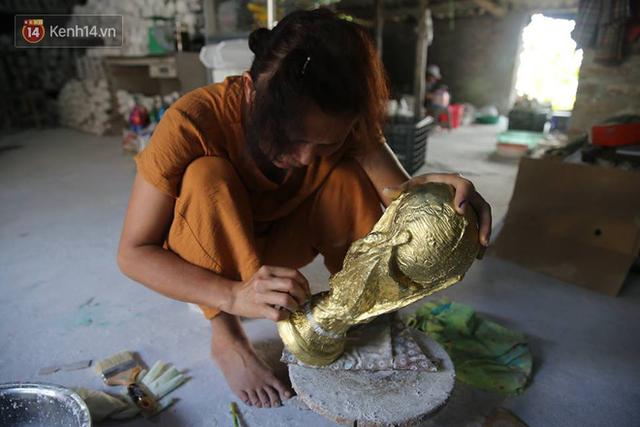 Cặp vợ chồng ở làng gốm Bát Tràng dự tính thu về 240 triệu sau khi tung 3.000 chiếc Cúp vàng siêu rẻ ra thế giới trong mùa World Cup - Ảnh 6.
