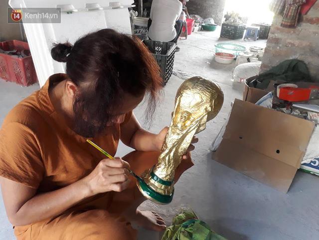 Cặp vợ chồng ở làng gốm Bát Tràng dự tính thu về 240 triệu sau khi tung 3.000 chiếc Cúp vàng siêu rẻ ra thế giới trong mùa World Cup - Ảnh 7.