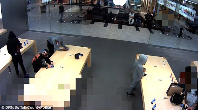 5 tên cướp ghé thăm Apple Store tại New York và cuỗm đi số iPhone trị giá 19.000 USD - Ảnh 2.