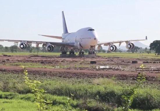 Thái Lan: Dân làng thức dậy và phát hoảng khi thấy máy bay Boeing 747 đỗ ở giữa cánh đồng - Ảnh 1.