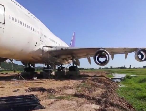 Thái Lan: Dân làng thức dậy và phát hoảng khi thấy máy bay Boeing 747 đỗ ở giữa cánh đồng - Ảnh 2.
