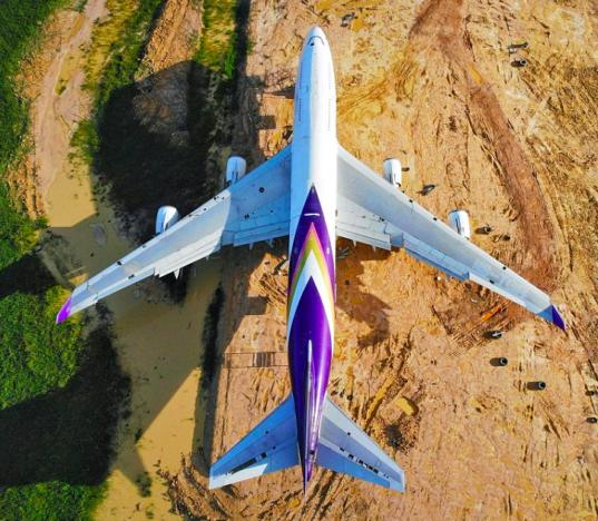 Thái Lan: Dân làng thức dậy và phát hoảng khi thấy máy bay Boeing 747 đỗ ở giữa cánh đồng - Ảnh 3.