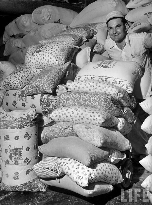 Vào thời kì Đại suy thoái, các công ty sản xuất bột mì đã in họa tiết lên bao vải để các mẹ có thể tái chế thành quần áo đẹp cho trẻ em - Ảnh 4.