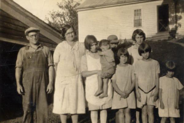 Vào thời kì Đại suy thoái, các công ty sản xuất bột mì đã in họa tiết lên bao vải để các mẹ có thể tái chế thành quần áo đẹp cho trẻ em - Ảnh 3.