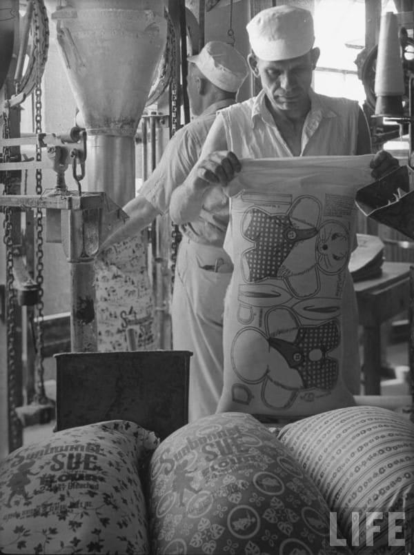 Vào thời kì Đại suy thoái, các công ty sản xuất bột mì đã in họa tiết lên bao vải để các mẹ có thể tái chế thành quần áo đẹp cho trẻ em - Ảnh 5.