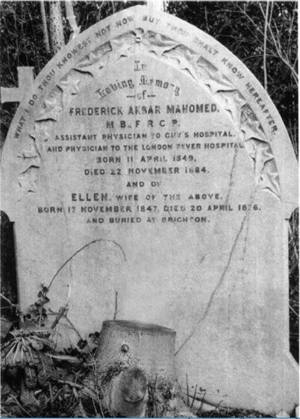 Bia mộ của Akbar Mahomed cùng tên người vợ hợp pháp Ellen