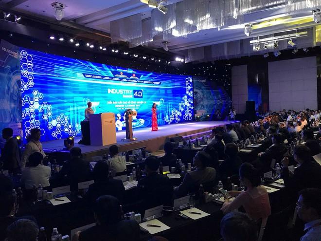 Robot Sophia mặc áo dài Việt Nam khi xuất hiện tại Diễn đàn cách mạng công nghiệp 4.0 ở Hà Nội - Ảnh 1.