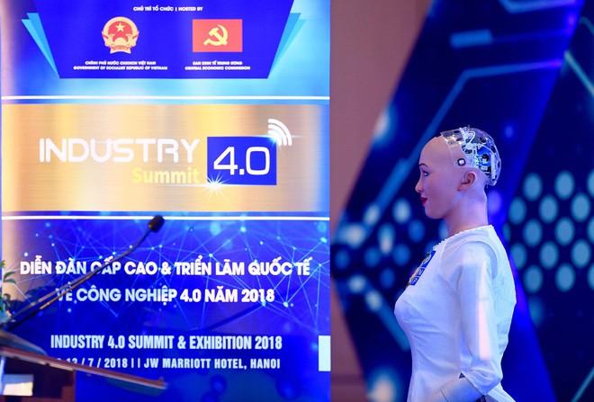 Robot Sophia mặc áo dài Việt Nam khi xuất hiện tại Diễn đàn cách mạng công nghiệp 4.0 ở Hà Nội - Ảnh 2.