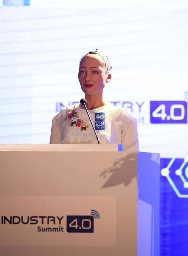 Robot Sophia mặc áo dài Việt Nam khi xuất hiện tại Diễn đàn cách mạng công nghiệp 4.0 ở Hà Nội - Ảnh 3.