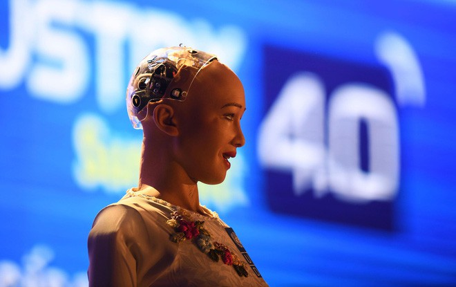 Robot Sophia mặc áo dài Việt Nam khi xuất hiện tại Diễn đàn cách mạng công nghiệp 4.0 ở Hà Nội - Ảnh 4.