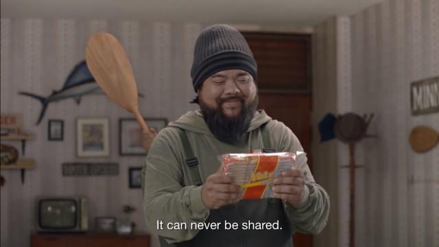 Quảng cáo Thái hài hước: Quay ngược thời gian, bắt cóc chính mình để cướp bánh quy - Ảnh 5.