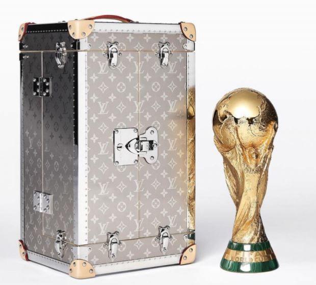 Cúp vàng World Cup được chuyển tới SVĐ Luzhniki trong case Louis Vuitton thửa riêng, được bảo vệ bởi 2 vệ sĩ - Ảnh 1.