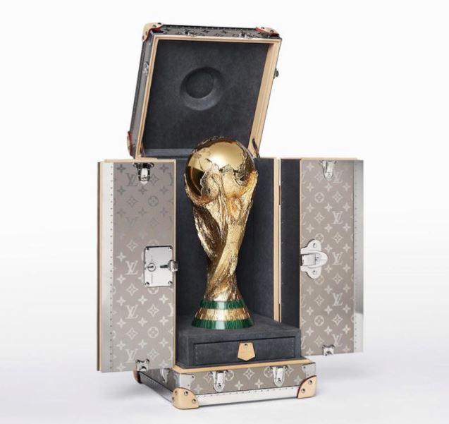 Cúp vàng World Cup được chuyển tới SVĐ Luzhniki trong case Louis Vuitton thửa riêng, được bảo vệ bởi 2 vệ sĩ - Ảnh 2.