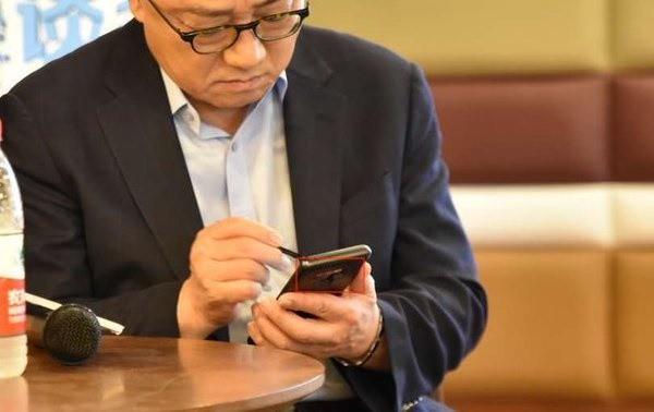 CEO Samsung bất ngờ bị bắt gặp sử dụng Galaxy Note9 tại nơi công cộng - Ảnh 2.