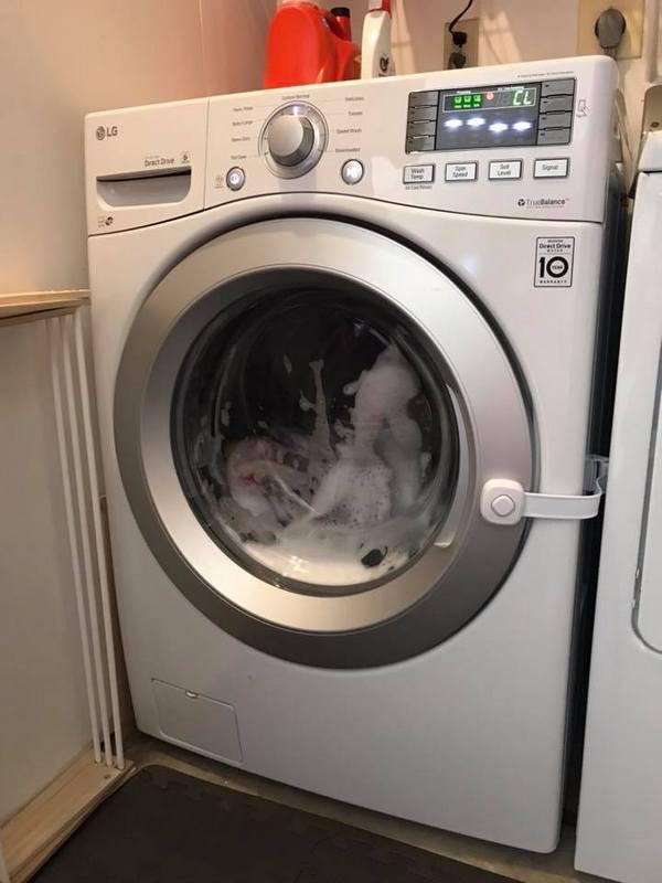 Hi hữu đứa bé 3 tuổi bị mắc kẹt trong máy giặt đang chạy và lời cảnh báo cho các bậc phụ huynh - Ảnh 2.
