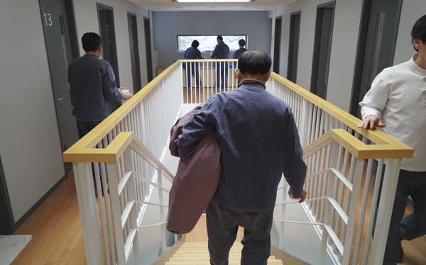 Cách Hàn Quốc chống stress cho người nghiện việc: Vào nhà tù resort, cấm dùng điện thoại, email và bị giam trong phòng suốt 20 tiếng - Ảnh 1.