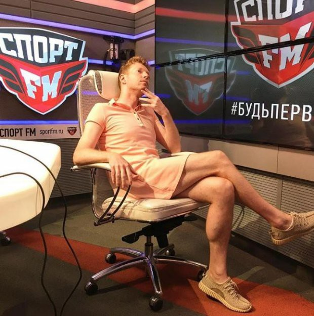 Nga vào tứ kết World Cup 2018, anh phát thanh viên giữ đúng lời hứa mặc váy đi làm - Ảnh 3.