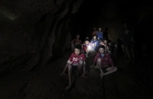 Vụ đội bóng thiếu niên ở Thái Lan bị mắc kẹt: Chính quyền sẽ lắp đặt cáp quang trong hang để các em được lên mạng - Ảnh 1.