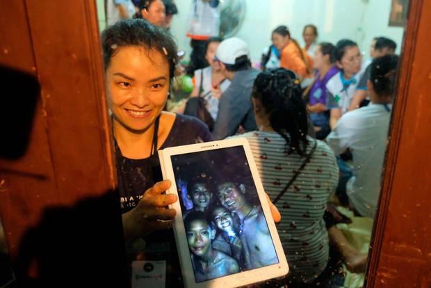 Vụ đội bóng thiếu niên ở Thái Lan bị mắc kẹt: Chính quyền sẽ lắp đặt cáp quang trong hang để các em được lên mạng - Ảnh 3.