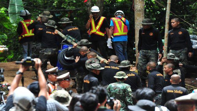 [Thái Lan] Cậu bé thứ tám đã được đưa ra ngoài, 4 em còn lại và huấn luyện viên kiên nhẫn chờ đợt cứu hộ ngày mai - Ảnh 1.