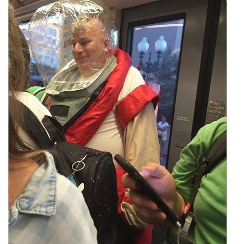 [Vui] 20 bức ảnh sẽ chứng minh cho bạn thấy: Thế giới trên tàu điện ngầm luôn ngập tràn những điều kỳ lạ - Ảnh 19.