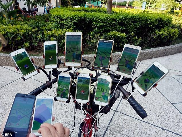Xuất hiện lão đại của làng game, 70 tuổi dùng 11 smartphone ngày ngày đi bắt Pokemon - Ảnh 1.