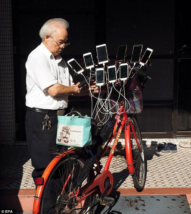 Xuất hiện lão đại của làng game, 70 tuổi dùng 11 smartphone ngày ngày đi bắt Pokemon - Ảnh 2.