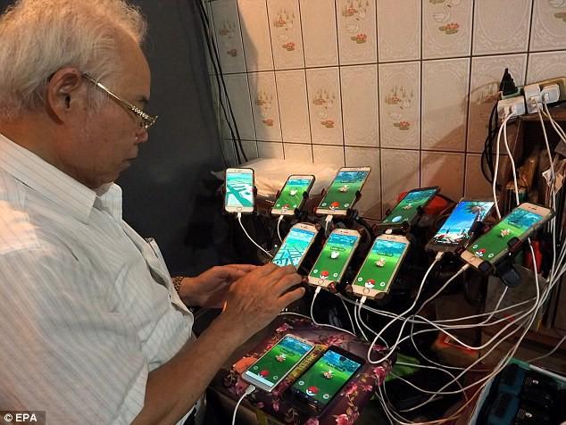 Xuất hiện lão đại của làng game, 70 tuổi dùng 11 smartphone ngày ngày đi bắt Pokemon - Ảnh 3.