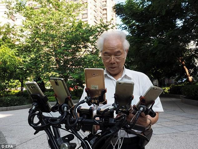 Xuất hiện lão đại của làng game, 70 tuổi dùng 11 smartphone ngày ngày đi bắt Pokemon - Ảnh 4.