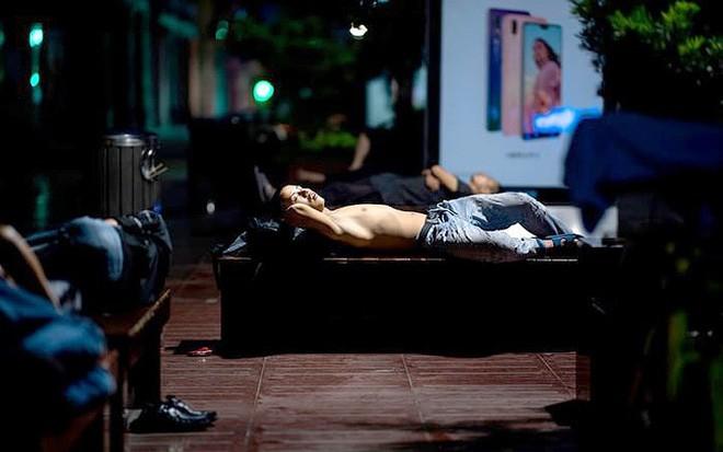"""Ảnh: Thượng Hải nóng """"như lò lửa"""", người dân phải đổ ra đường ngủ - Ảnh 2."""