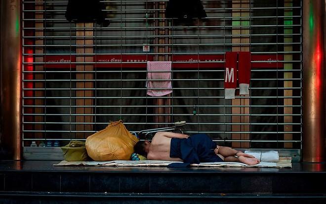 """Ảnh: Thượng Hải nóng """"như lò lửa"""", người dân phải đổ ra đường ngủ - Ảnh 5."""