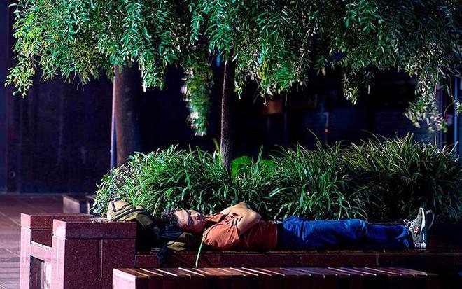 """Ảnh: Thượng Hải nóng """"như lò lửa"""", người dân phải đổ ra đường ngủ - Ảnh 6."""