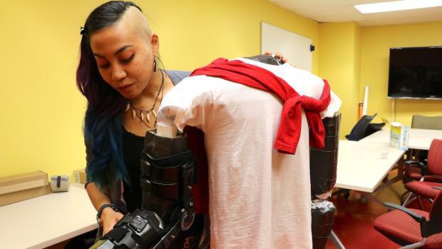 Chỉ vì lời hứa với người bạn thân gặp tai nạn, cô gái gốc Việt bỏ cả làm ở Tesla để chế tạo bộ đồ hỗ trợ cử động cho người bị liệt - Ảnh 3.