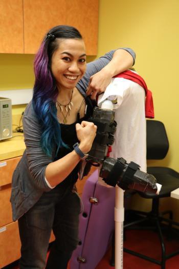 Chỉ vì lời hứa với người bạn thân gặp tai nạn, cô gái gốc Việt bỏ cả làm ở Tesla để chế tạo bộ đồ hỗ trợ cử động cho người bị liệt - Ảnh 4.