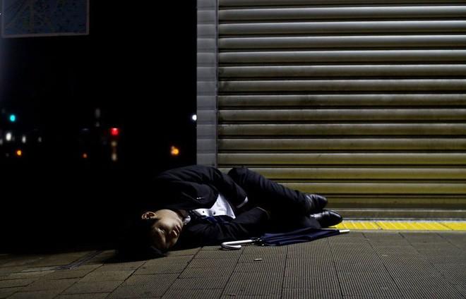 Chính phủ Nhật đề xuất cho nghỉ làm sáng thứ 2 để giảm tình trạng làm việc đến chết - Ảnh 1.
