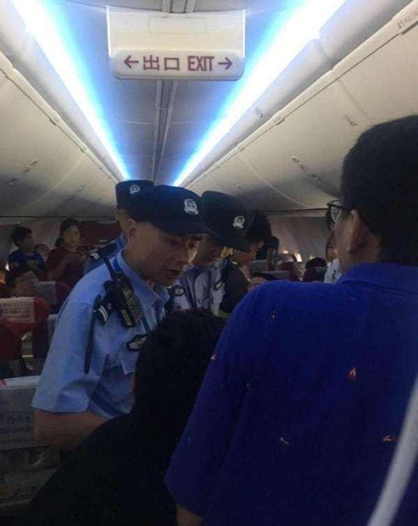 Trung Quốc: Hành khách bật cửa thoát hiểm ra cho thoáng vì đợi mãi không được xuống máy bay - Ảnh 2.