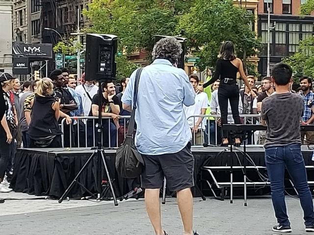 Mỹ: Tin vào nàng thơ trên Tinder, mấy trăm anh đàn ông bị lừa gặp nhau giữa quảng trường - Ảnh 2.