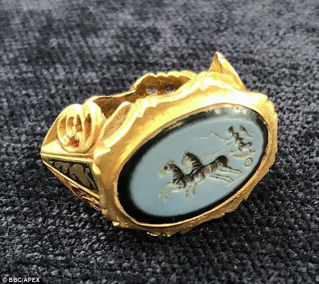 Anh: Lớ ngớ vớ được nhẫn vàng 1800 năm tuổi từ thời La Mã cổ đại - Ảnh 2.