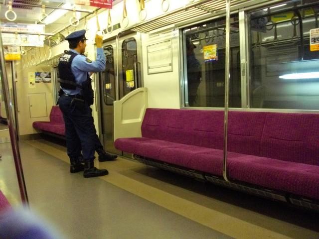 Say xỉn rồi mắc kẹt dưới ghế, người đàn ông khiến tuyến tàu điện lớn nhất Tokyo đình trệ trong 1 giờ - Ảnh 1.