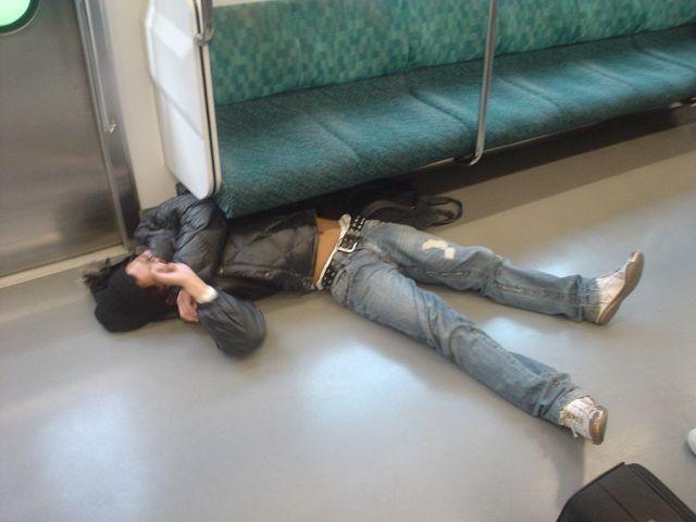 Say xỉn rồi mắc kẹt dưới ghế, người đàn ông khiến tuyến tàu điện lớn nhất Tokyo đình trệ trong 1 giờ - Ảnh 2.