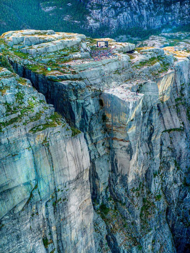 2000 fan hâm mộ đã xem Mission: Impossible - Fallout ở vách núi dựng đứng cao 609m, nơi cảnh hành động lớn nhất diễn ra - Ảnh 4.