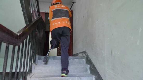 Anh shipper khuyết tật chống gậy đi giao 60 đơn hàng mỗi ngày để có tiền mua chân giả - Ảnh 4.