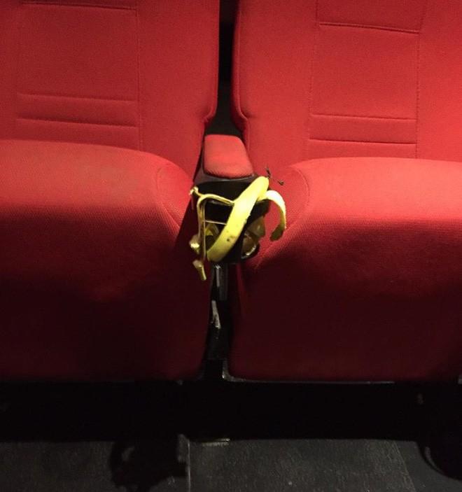 Khi ý thức trong rạp phim vẫn phải nói mãi: Xả rác, gác hẳn chân lên ghế trước và thân mật như ở nhà, bao giờ mới hết? - Ảnh 6.