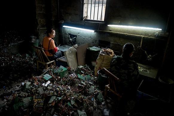 Giữa những núi rác thải điện tử khổng lồ, có bàn tay cặm cụi nhặt từng miếng kim loại để mưu sinh - Ảnh 4.