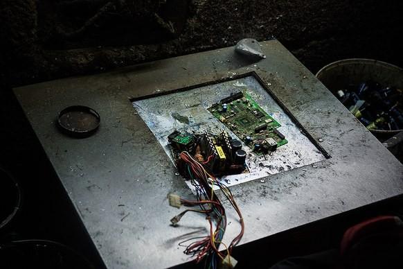 Giữa những núi rác thải điện tử khổng lồ, có bàn tay cặm cụi nhặt từng miếng kim loại để mưu sinh - Ảnh 5.
